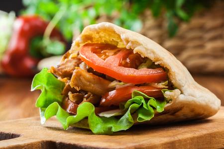 Doner kebab - gebakken kip vlees met groenten in pitabroodje