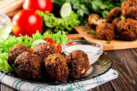 Kikkererwten falafel ballen op een plaat met groenten Stockfoto