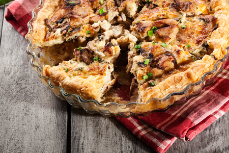 Slice of tart with chicken, mushrooms and cheese