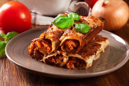 Gebakken Cannelloni Met Gehakt En Bechamelsaus Op Een Plaat. Italiaanse keuken