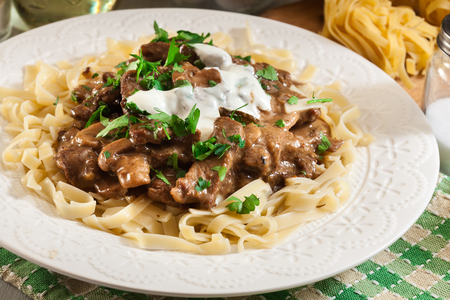 Eigengemaakt rundvlees Stroganoff met champignons en tagliatelle pasta Stockfoto