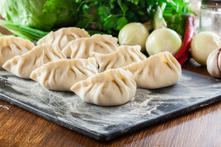 Raw gyoza or jiaozi dumplings ready for cooking. Chinese and japanese cuisine Foto de archivo