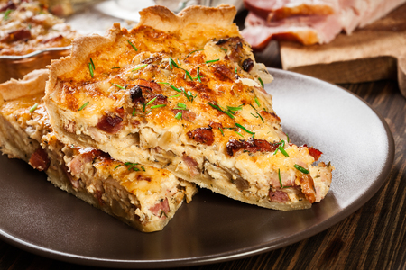 Pieces of quiche lorraine with bacon and cheese. French cuisine Banque d'images - 96797902