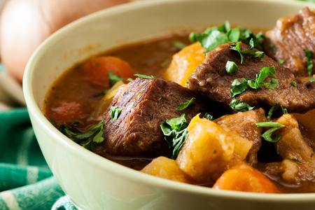 Irischer Eintopf aus Rindfleisch, Kartoffeln, Karotten und Kräutern. Traditionelles St. Patrick's Day Dish Standard-Bild