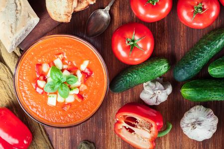 スパイシーな自家製ガスパチョスープにジャモンハムを添えて。伝統的なスペイン料理 写真素材