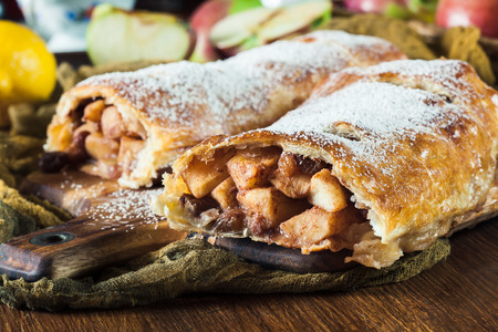 Traditional puff pastry strudel with apple, raisins and cinnamon Imagens