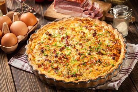 Quiche lorraine maison avec bacon et fromage. cuisine française Banque d'images