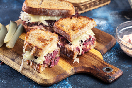 Reuben Sandwich with corned beef, cheese and sauerkraut. Classic New York dish 免版税图像