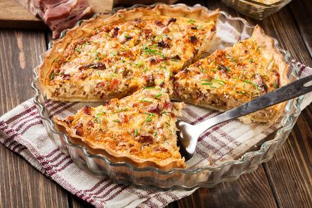 Morceaux de quiche lorraine avec bacon et fromage. cuisine française