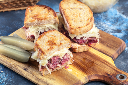 Reuben Sandwich with corned beef, cheese and sauerkraut. Classic New York dish Banque d'images - 120670473