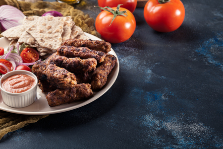 Kebapche or cevapcici, balkan minced meat kebab with pita bread and salad Stockfoto