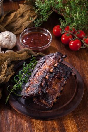 Spicy barbecued pork ribs served on cutting board Zdjęcie Seryjne