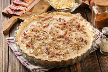 Faire la farce en préparant une quiche traditionnelle. cuisine française