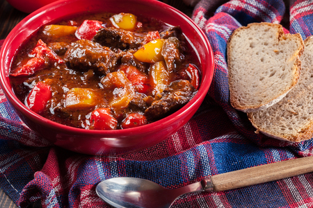 Traditional Hungarian beef goulash with red and yellow pepper Banque d'images