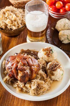 Schweinshaxe mit gebratenem Sauerkraut und Brotknödel Standard-Bild