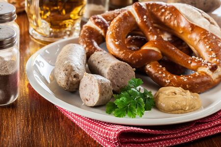 Bayerisches Frühstück mit Weißwurst, Brezel und Bier Standard-Bild