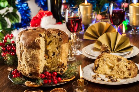 Christmas panettone cake with raisins and fruits. Traditional Italian dish Stockfoto