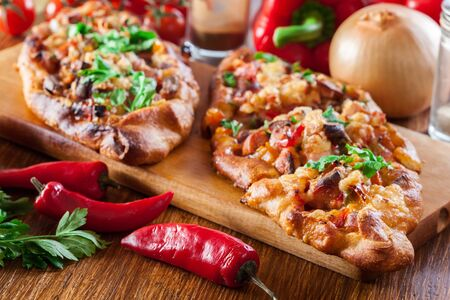 Sliced traditional Turkish pide with meat and vegetables on cutting board 版權商用圖片