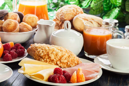 Fresh and continental breakfast table with ham and cheese Standard-Bild