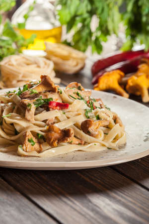Tagliatelle pasta with chicken and chanterelles mushrooms with creamy sauce Standard-Bild