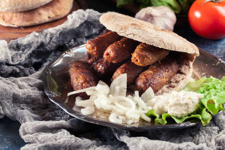 Cevapcici or cevapi served with lepinja bread and onion. Popular dish all over the Balkans Standard-Bild