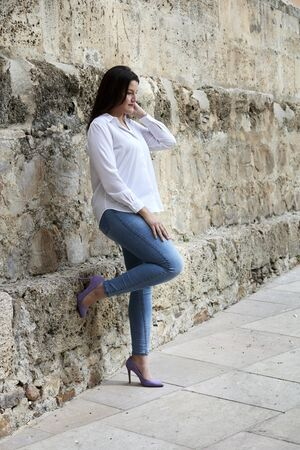 photographs curvy woman with white shirt and jeans