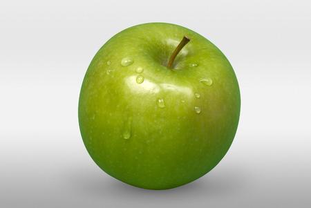 manzana verde: sabrosa manzana verde con gotas en el fondo blanco