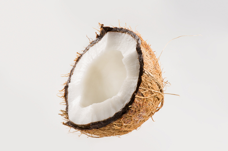 coco: coco fresco en el fondo blanco aislado. Lanzamiento del estudio.