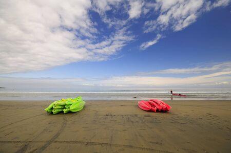다채로운 카약은 해변에 누워