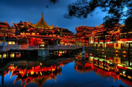 상하이 구시 가지의 아름답게 조명 된 건물 스톡 콘텐츠