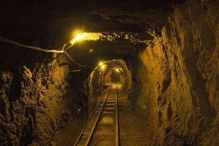ferrocarril: Ver el interior de la vieja mina (mina de oro - zloty stok - Polonia) Foto de archivo