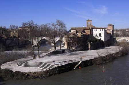 tiber: Vista de la isla del T�ber con la Bas�lica de San Bartolomeo - Roma  Foto de archivo