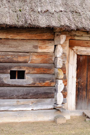 Close-up of antique hut with a straw roof in the Ukrainian historical park Foto de archivo