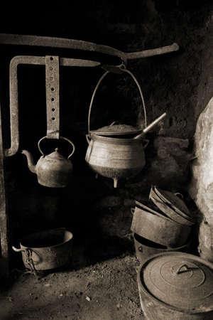 kettles: antiguos macetas antiguos sobre la chimenea, cenizas de suciedad roya