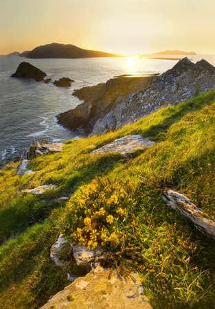 turismo ecologico: costa oeste irlandesa con islas Foto de archivo
