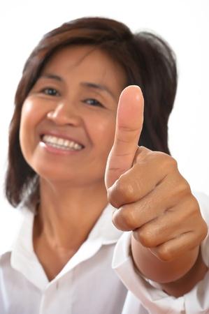 geïsoleerde portret van een jonge, aantrekkelijke en gelukkige vrouw lacht en toont de duim Stockfoto