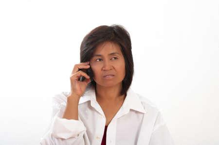 mujer decepcionada: Aislado retrato de una joven decepcionada durante una llamada de tel�fono