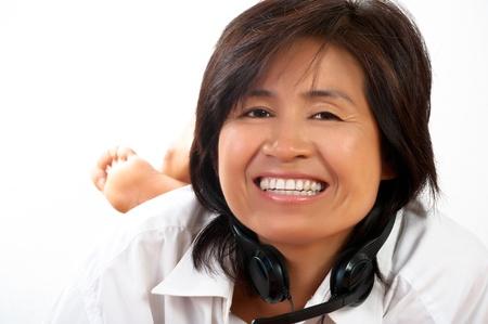 Portret van een gelukkig lachende jonge Aziatische vrouw