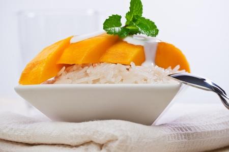 Thai Mango Sweet klebrigen Reis Dessert (Khao Niaow Ma Muang) Standard-Bild - 9448160