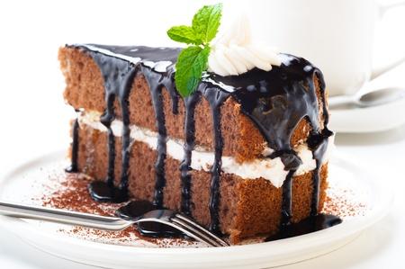 Een stukje chocolade cake met vanille crème