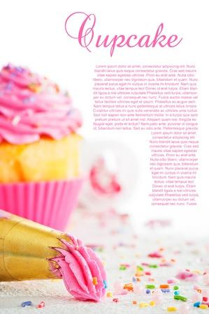 Cupcake und Dekorieren Tasche auf einem weißen Tisch mit bunten Zuckerperlen auf weißem Hintergrund Standard-Bild - 12601446