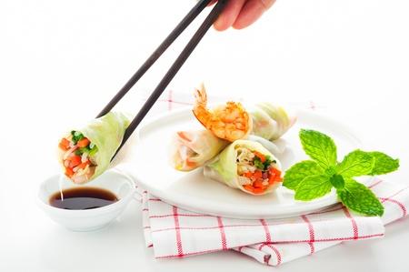 Vegetarische Frühlingsrolle mit Karotten, Sojasprossen und Shrimps auf weißem Hintergrund als eine Studioaufnahme Standard-Bild - 12784639