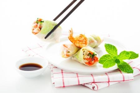 Vegetarische Frühlingsrolle mit Karotten, Sojasprossen und Shrimps auf weißem Hintergrund als eine Studioaufnahme Standard-Bild - 12784612