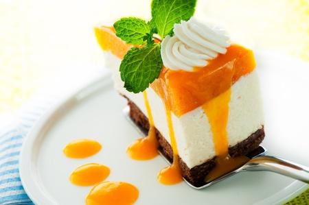 pie de limon: Un trozo de tarta de queso de mango en el fondo blanco como un disparo de estudio