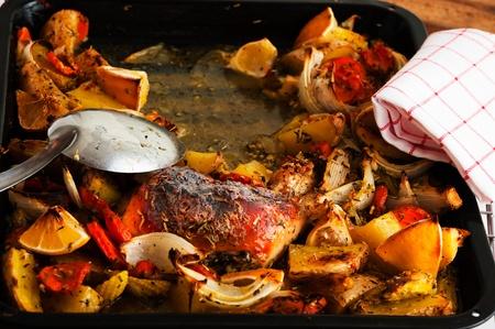 muslos de pollo con verduras Aked en una bandeja para hornear Foto de archivo - 14039179
