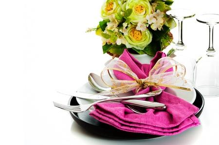 Diner set met roze servet en bloem op witte achtergrond als een studio-opname Stockfoto