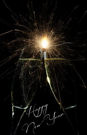Nieuwjaar vuurwerk feest met raketten exploderen hoog in de nachtelijke hemel en Gelukkig Nieuwjaar tekst hieronder