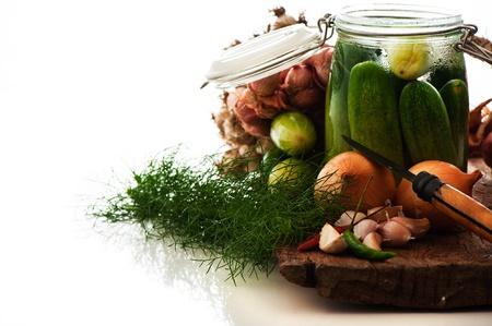 verse komkommers voorbereid voor het beitsen met de rode peper dille en de knoflook. Witte achtergrond