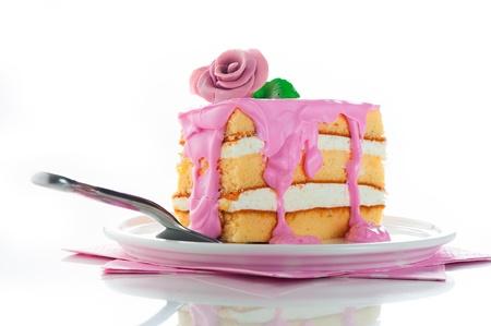 Kleines Stück Drei-Schicht Vanille-Kuchen mit Sahne und Erdbeeren Zuckerguss rosa Rose als Dekoration auf der Oberseite Weißer Hintergrund Standard-Bild - 15474434