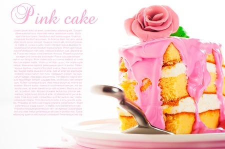 vainilla flor: Un pedazo pequeño de pastel de tres capas con crema de vainilla y fresa glaseado rosa rosa como decoración en el fondo blanco superior